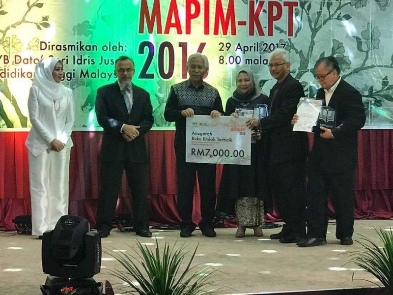 PM Dr Gurupiah menang Anugerah Buku Ilmiah Terbaik bagi bidang Sains Sosial dan Kemanusiaan