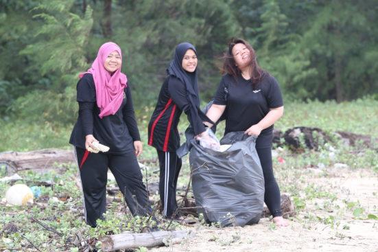 Kumpul 12 Guni Sampah dalam 2 Jam – MPP UTM Gotong Royong Bersihkan Pantai Rompin