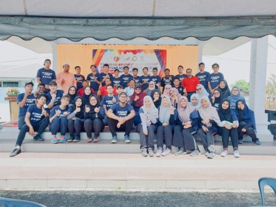 Mahasiswa UTM Santuni Warga Emas Kampung Tanjung Serindit