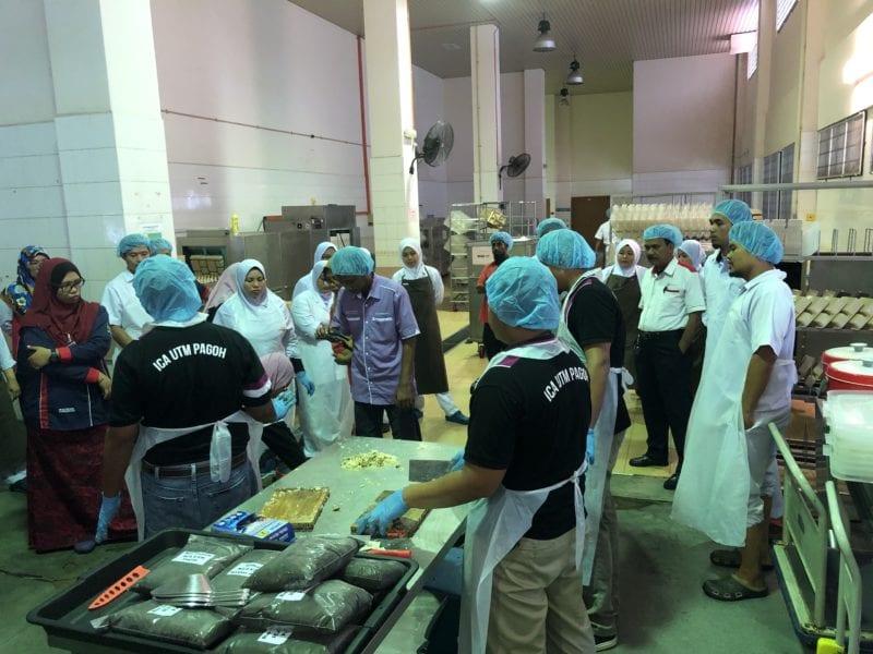 ICA UTM Pagoh Kongsi llmu Hasil Baja Organik dari Sisa Makanan kepada Warga HPSF Muar