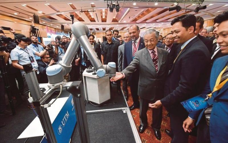 Penyelidik UTM Cipta Robot Tele-Presence Untuk Bantu Industri Berbahaya