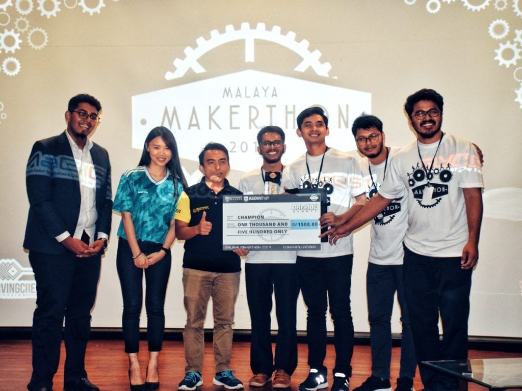 The team receiving Champions Trophy and Award from the representatives of BOSCH, KK12 and Malaya Makerthon 2019.