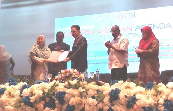 Penyerahan Resolusi Konvensyen oleh Professor Madya Dr. Siti Aisyah binti Panatik kepada Yang Berhormat Datuk Wira Dr. Md Farid bin Md Rafik