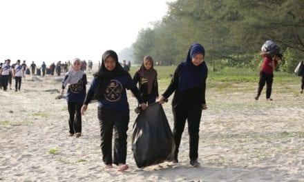 Pemimpin Persatuan/Kelab Pelajar UTM Hapus Sisa Plastik di Pantai Rompin