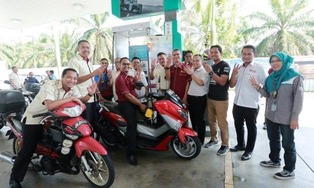 100 Pembantu Operasi UTM terima bantuan isian minyak motosikal percuma